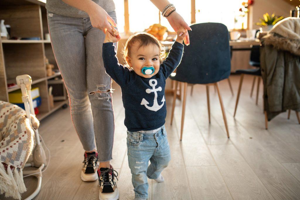 Comment aider son enfant à marcher comme un grand ?